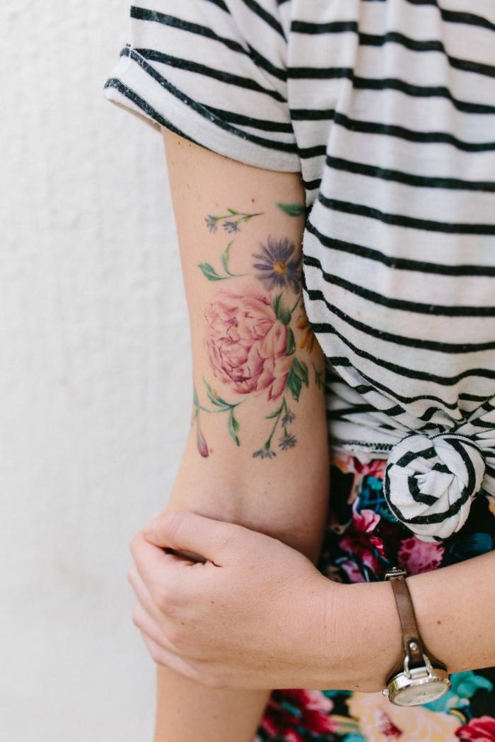 tatuaggi-fiori-splendida-peonia-colorata-rosso-margherita-viola-foglie-verdi