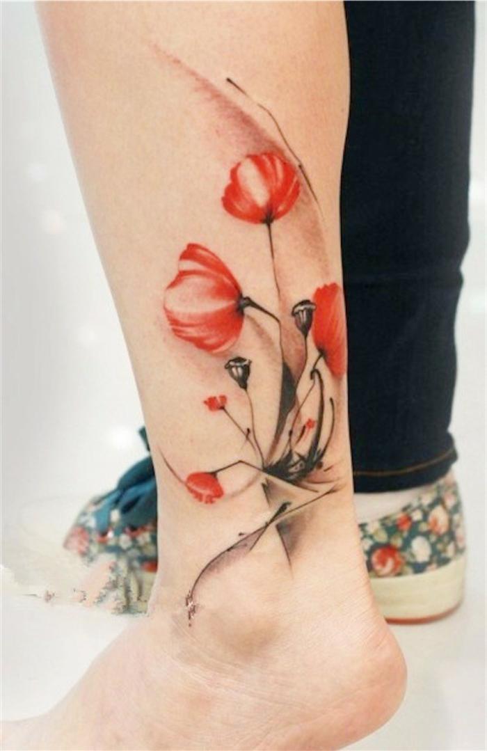 tatuaggio-caviglia-papaveri-rossi-sfumature-bianche-foglie-stilizzate