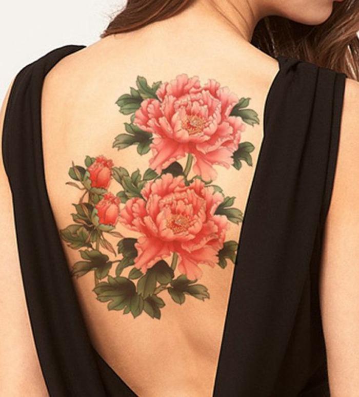 tatuaggio-femminile-dimensioni-importanti-copre-intera-schiena-due-peonie-rosse-boccioli-foglie