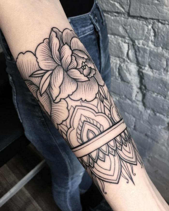 tatuaggio-fiore-bella-idea-avambraccio-bianco-nero-grande-peonia-parte-superiore
