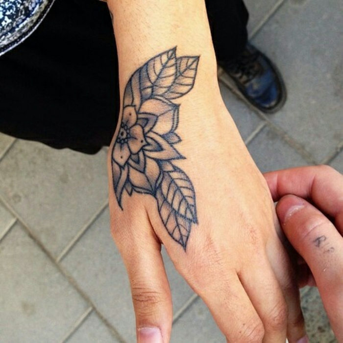 tatuaggio-fiore-magnifico-disegno-geometrico-bianco-nero-fiori-ciliegio-grandi-foglie