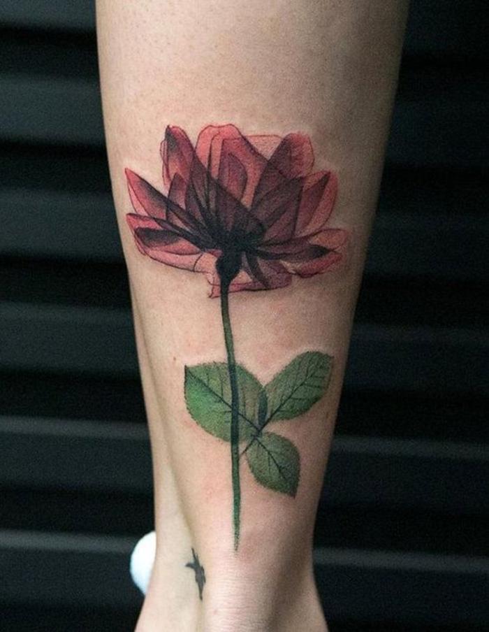 tatuaggio-fiore-peonia-rossa-foglie-verdi-parte-posteriore-polpaccio