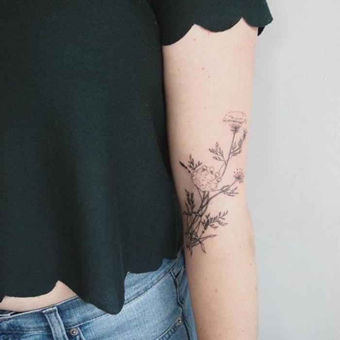 tatuaggio-fiori-disegno-molto-elegante-colori-tenui-interno-verso-esterno-braccio