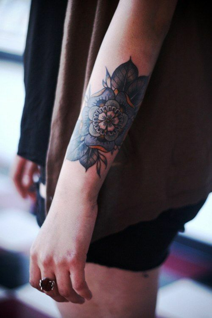 tatuaggio-fiori-fiore-loto-colorato-blu-verde-braccio-ragazza-parte-esterna