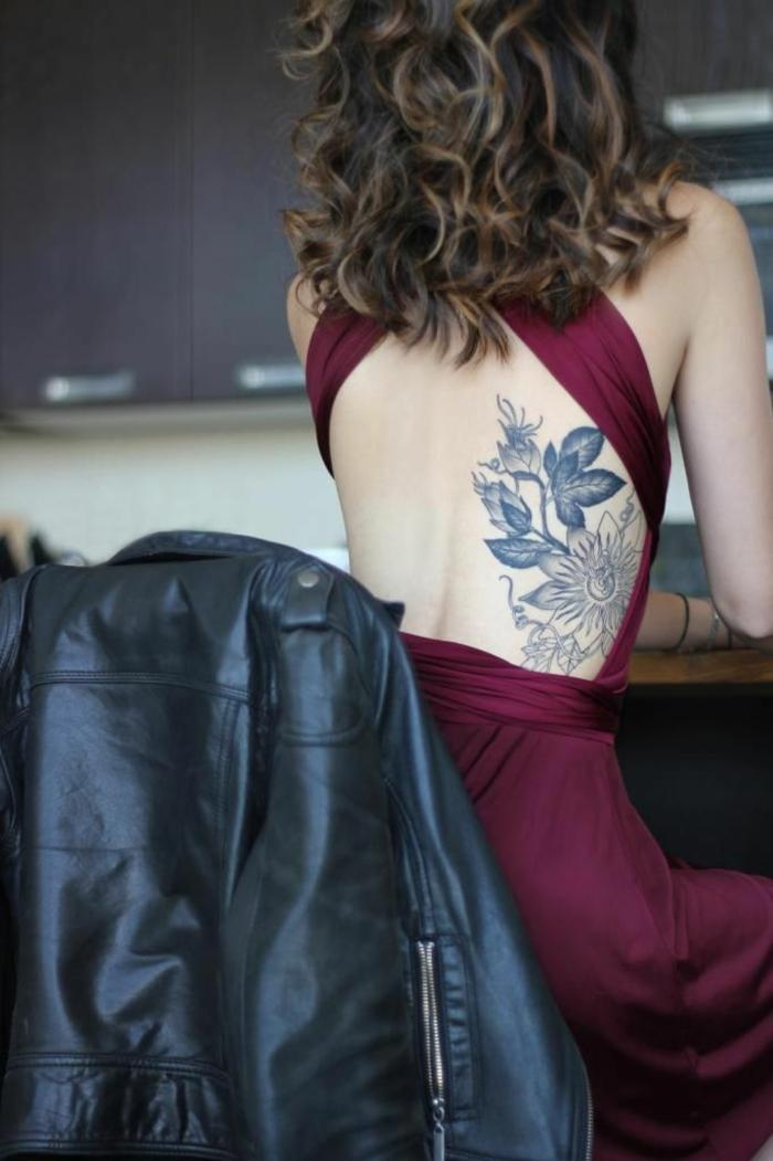 tatuaggio-fiori-spendida-idea-bianco-nero-lato-schiena-donna