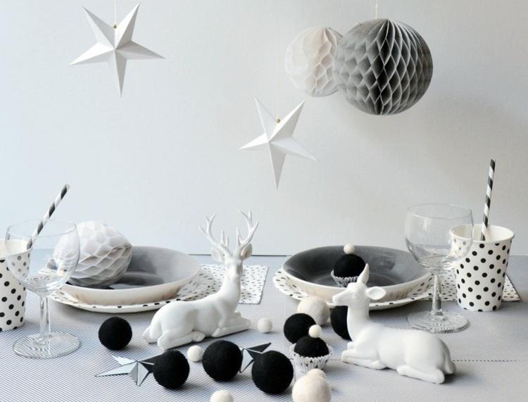 Lavoretti di Natale fai da te, tavolo addobbato con statuine di porcellana, palline nere e stelle pendenti