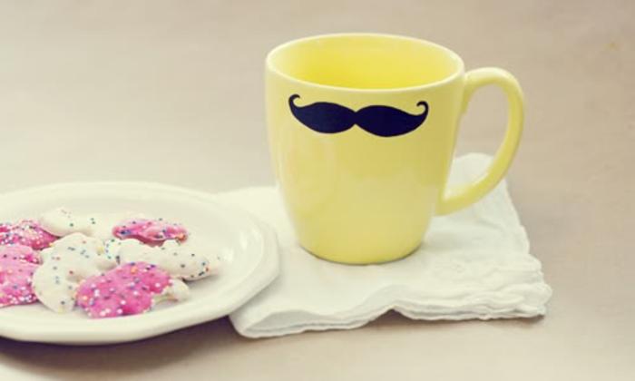 tazza-colore-giallo-baffi-neri-realizzazione-fai-da-te-bambini-idea-regalo-festa-del-papà-piatto-biscotti-tovagliolo