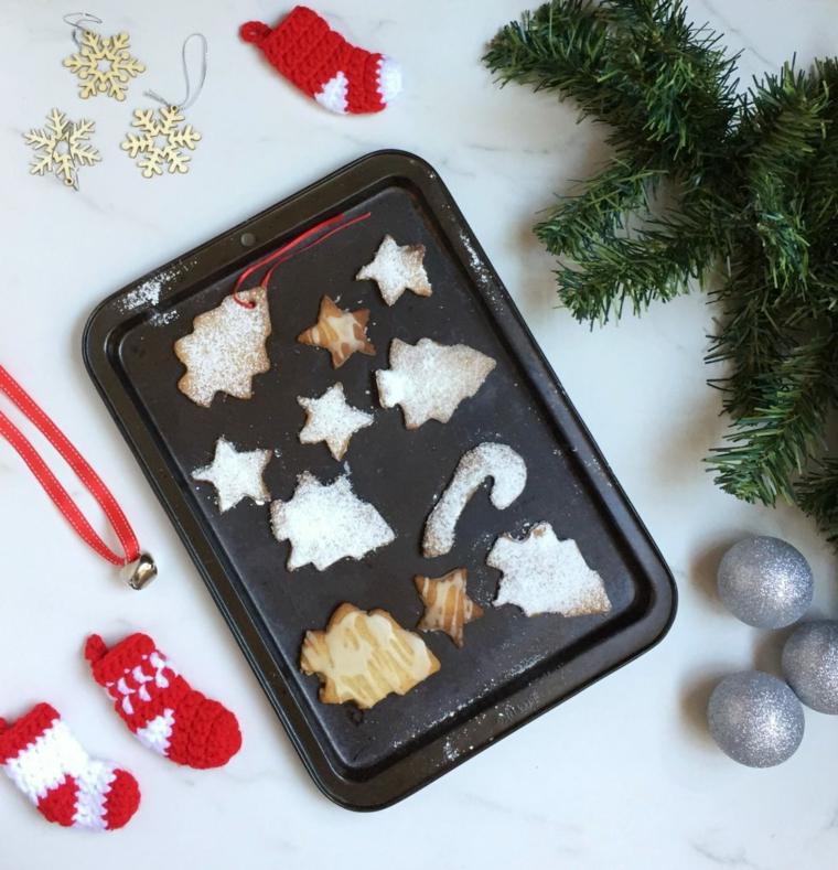 Biscotti natalizi, forma albero di Natale, stelle e alberelli con una spolverata di zucchero a velo