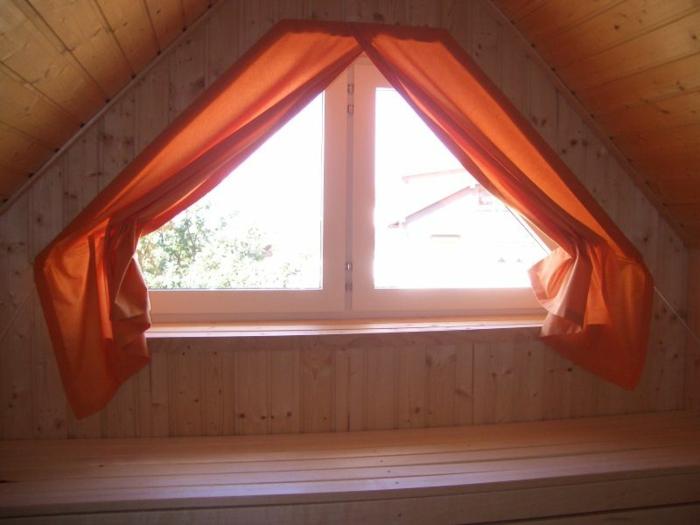 tende-finestre-mansarda-soluzione-vetro-tessuto-rosso-oscurante-finestra-piccola