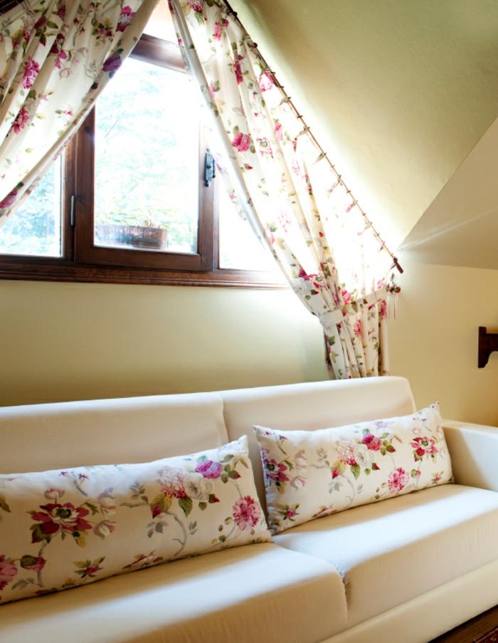 tende-in-mansarda-proposta-tessuto-leggero-fissa-bastone-tessuto-trasparente-bianco-fiori-colorati