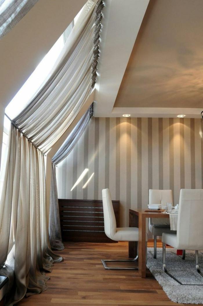 tende-mansarda-idea-tessuto-bianco-leggero-drappi-bastone-soggiorno-pavimento-parquet