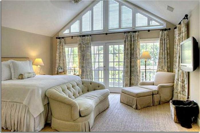 tende-mansarda-proposta-finestra-molto-grande-alta-tessuto-floreale-sfondo-panna