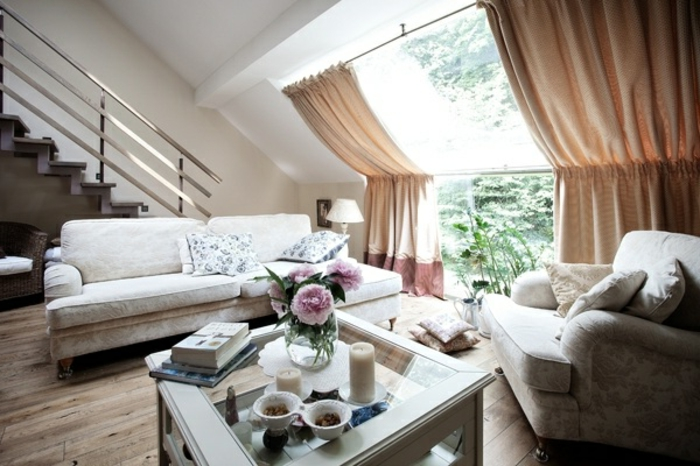 tende-per-finestre-mansarda-proposta-elegante-tessuto-leggero-trascparemte-color-biege-salotto