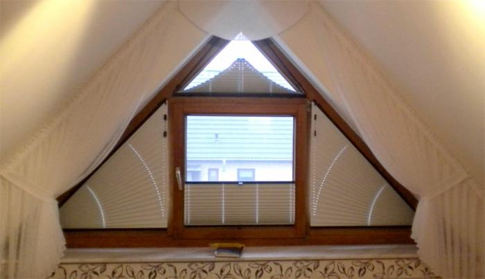 tende-per-mansarda-bianche-soluzione-su-misura-finestra-piccola-spiovente-bordi-legno