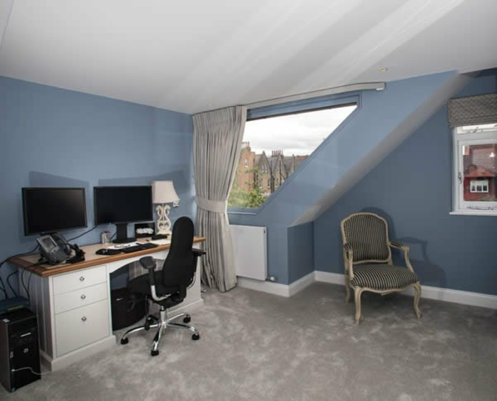 tende-per-mansarda-soluzione-classica-scorrimento-colore-bianco-stanza-pareti-azzurre