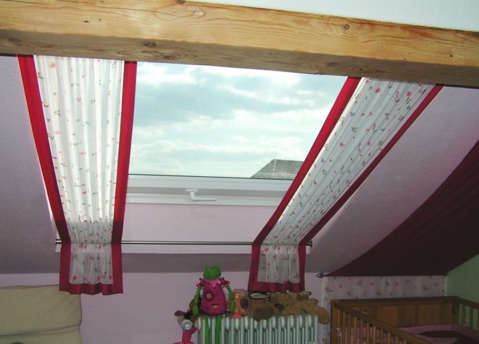 tende-per-mansarde-proposta-vetro-tessuto-bianco-bordi-rossi-contesto-romantico