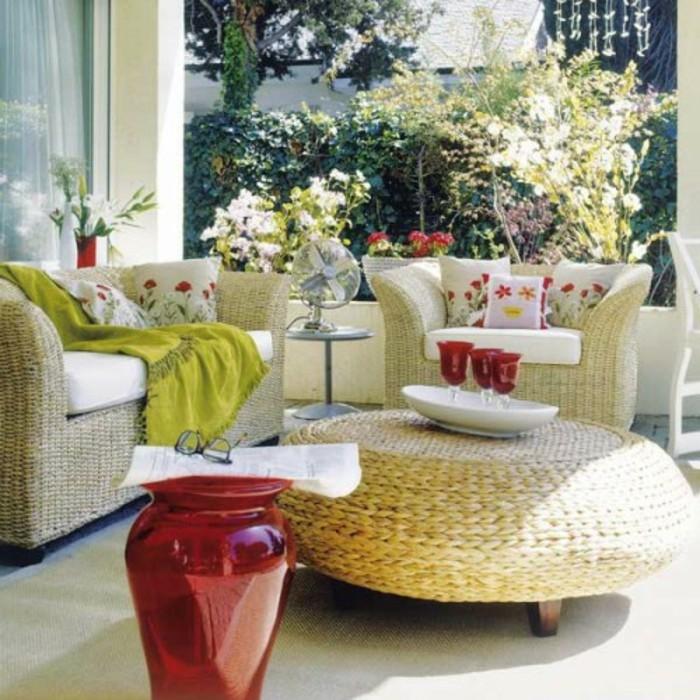 terrazzo-arredato-mobili-rattan-colore-beige-decorazioni-piante-cuscini-colorati