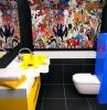 toilette-originale-colorata-pannelli-fumetti-pittura-mobili-design-superfici-lucide-lavandino-giallo-originale