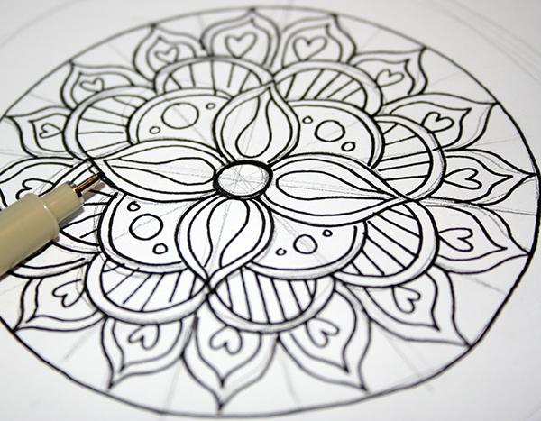 tracciare-contorno-disegno-mandala-cerchio-fiori-petali-penna-nera-idea-lavoretti-creativi-fare-tempo-libero