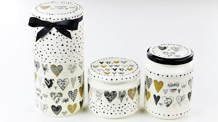 tre barattoli di vetro decorati con decoupage saviettine con print di cuore