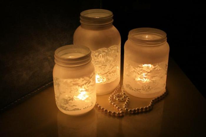 tre-lanterne-realizzate-barattoli-vetro-decorazioni-eleganti-esterno