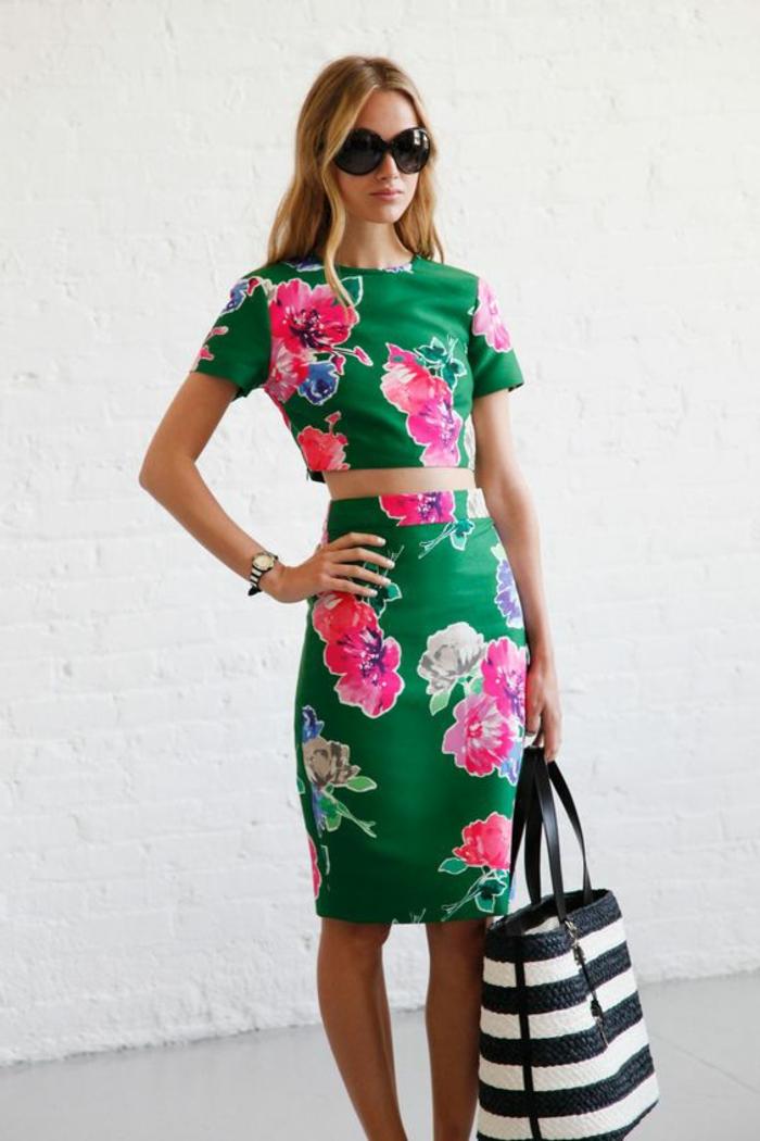 trendy-outfit-donna-gonna-taglia-alta-top-corto-abbinati-motivi-floreali-borsa-mare-bianco-nera