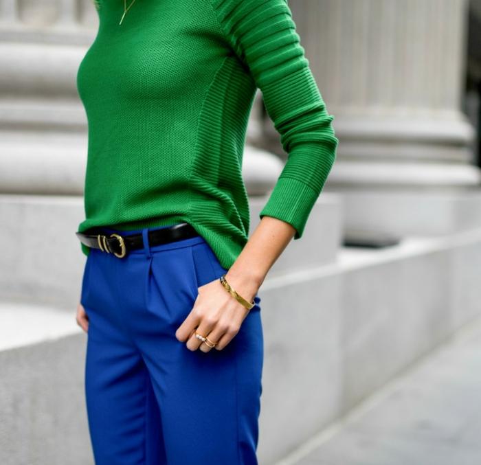 trendy-outfit-donna-moda-2017-pantalone-elegante-blu-cintura-nera-maglioncino-lana-verde