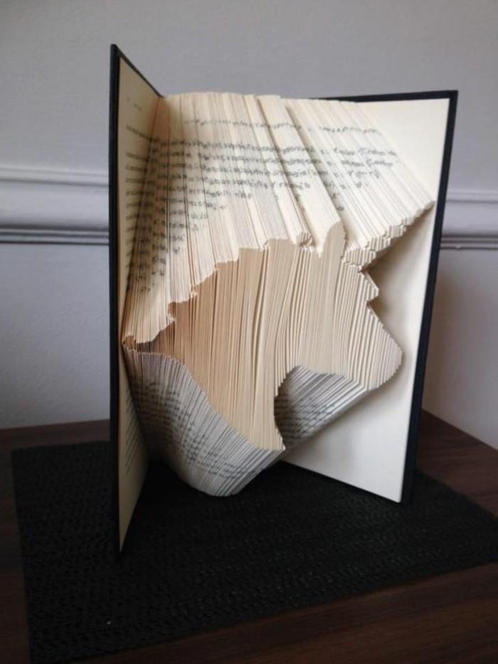 un-unicorno-preso-forma-piegando-pagine-vecchio-libro-copertina-nera