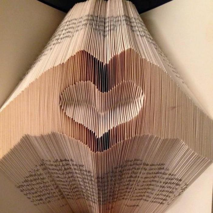 un-vecchio-libro-diventa-scultura-piegando-sapientemente-pagine