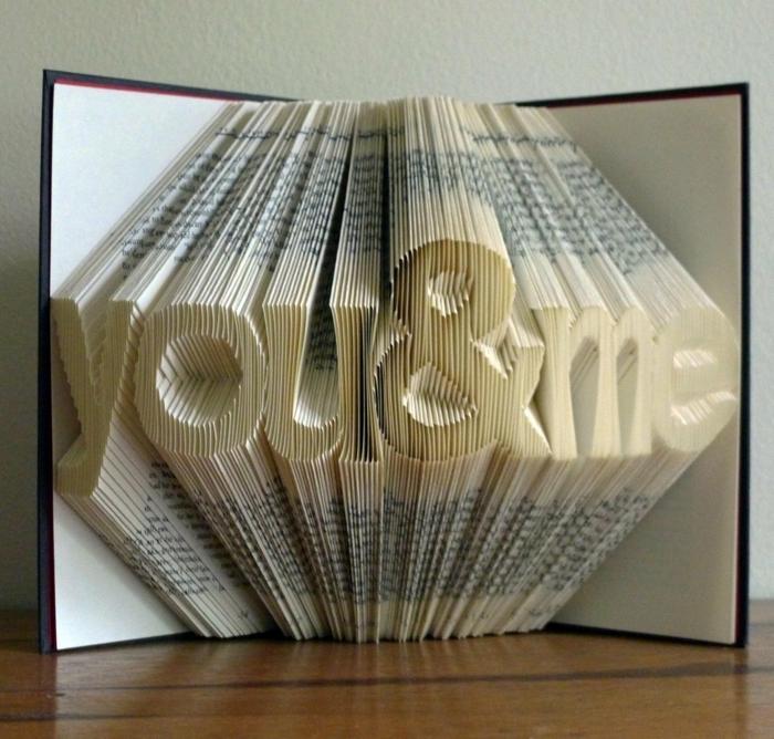 una-scritta-you-and-me-realizzata-piegando-pagine-libro-idea-regalo