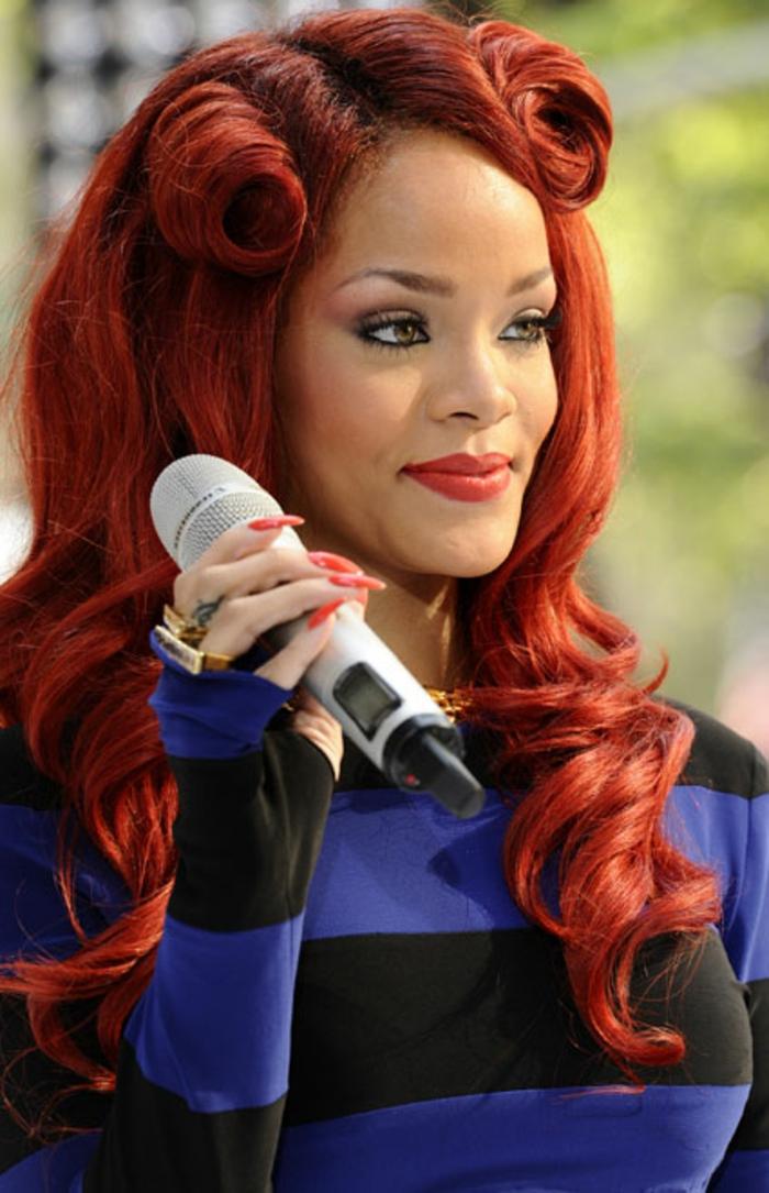 unghie-a-punta-colore-rosso-Rihanna-capelli-rossi-boccoli-pin-up-acconciatura-microfono-trucco-leggero