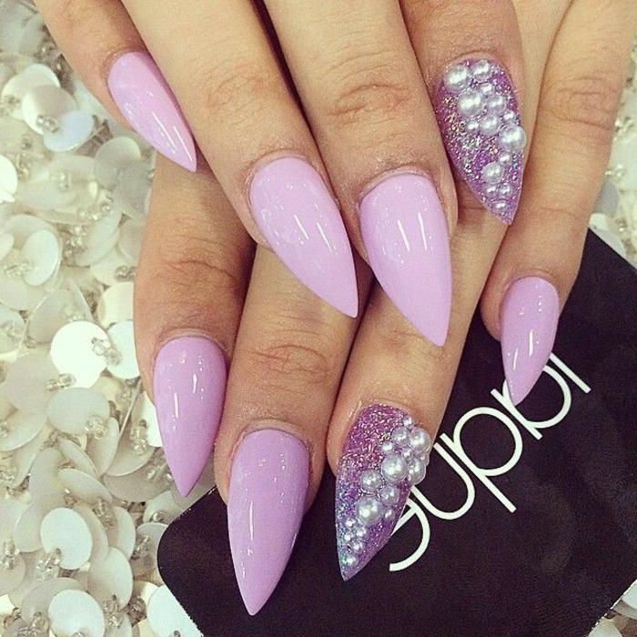 unghie-a-punta-colore-viola-chiaro-accent-nail-base-smalto-glitter-brillantini-incollati