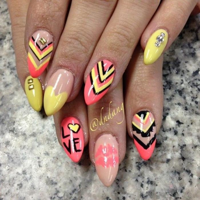 unghie-a-punta-decorazione-originale-base-trasparente-beige-rosa-gialla-brillantini-mignolo-scritta