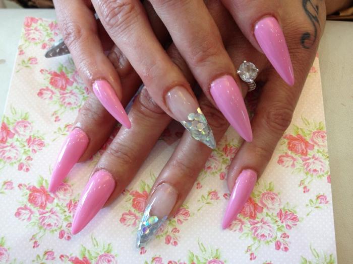 unghie-a-punta-gel-artiglio-rosa-accent-nail-base-trasparente-decorazione-brillantini-tovagliolo-fiori