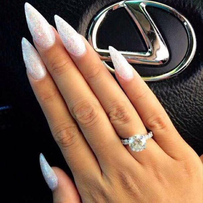 unghie-a-punta-gel-stiletto-lungo-artiglio-colore-chiaro-luminoso-bianco-glitter