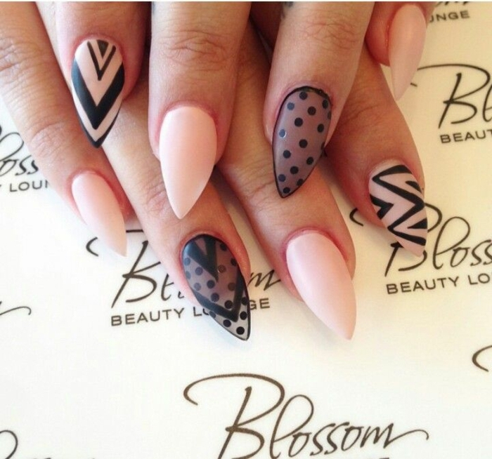 unghie-a-punta-stiletto-gel-effetto-mat-colore-rosa-nero-decorazioni-dita