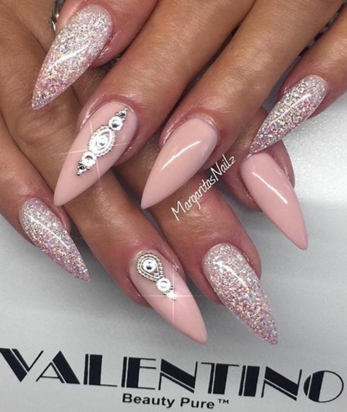 unghie-a-stiletto-colore-chiaro-base-rosa-accent-nail-glitter-brillantini-decorazione