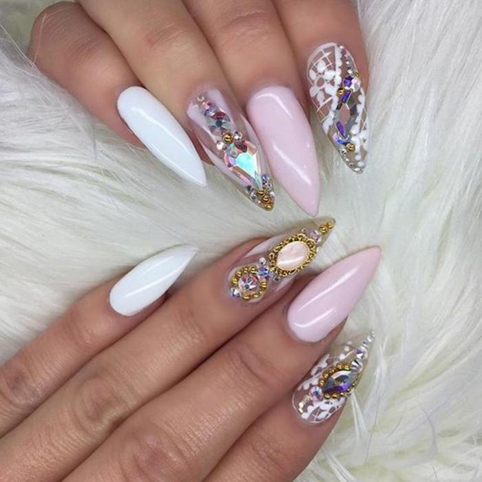 unghie-a-stiletto-donna-manicure-colorato-bianco-rosa-brillantini-nail-art-punta