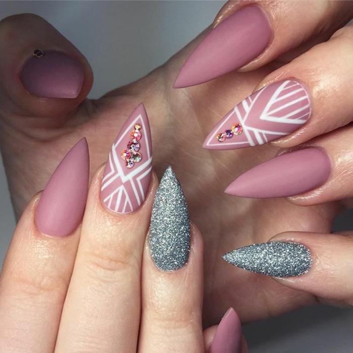 unghie-ad-artiglio-colorate-art-disegni-viola-matte-anulare-mignolo-grigio-glitter-dito-medio-brillantini-colorati
