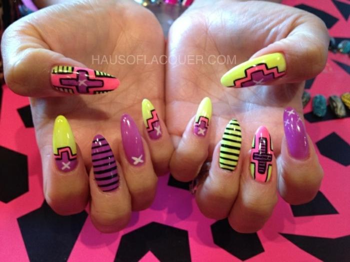 unghie-decorate-diversi-colori-raffigurazioni-forma-mandorla-base-gialla-idea-disegni