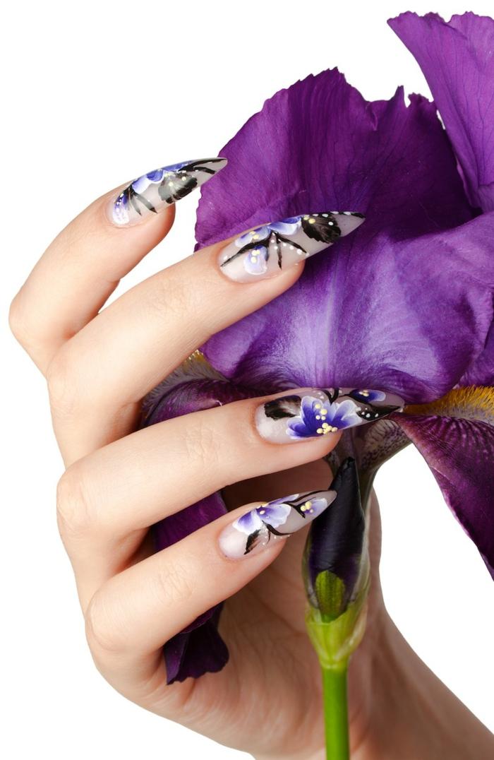 unghie-decorate-motivi-floreali-forma-punta-molto-lunghi-motivi-floreali-base-bianca