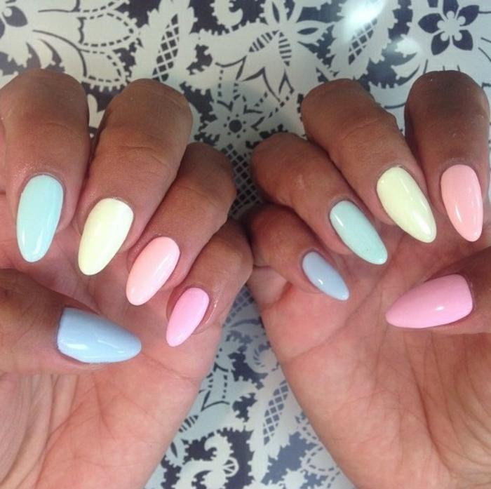 unghie-forma-mandorla-lunghezza-media-colori-diversi-giallo-azzurro-rosa
