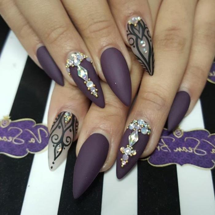 unghie-gel-a-punta-stiletto-matt-colore-viola-brillantini-accent-nail-dito-anulare