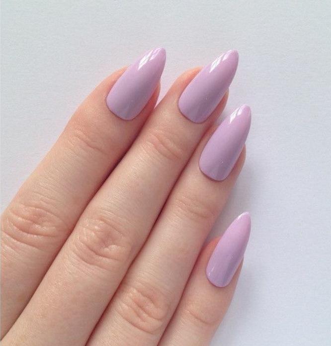 unghie-gel-a-punta-viola-rosa-effetto-lucicante-colore-fresco-vivace-mani-donna
