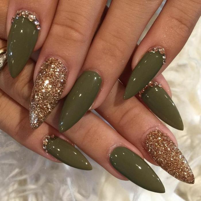 unghie-gel-colore-verde-dito-medio-smalto-ruvido-effetto-glitter-forma-stiletto