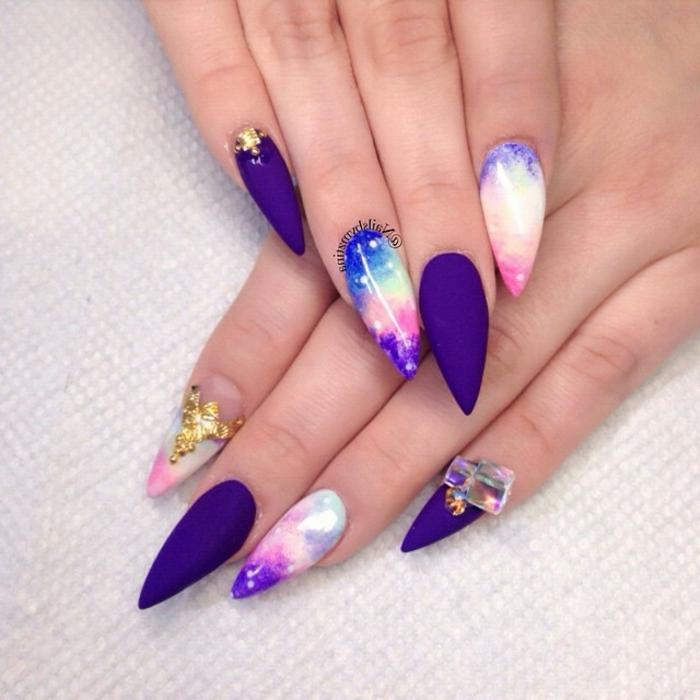 unghie-gel-smalto-effetto-matt-colore-viola-accent-nail-colorato-brillantini-incollati-idea-decorazione