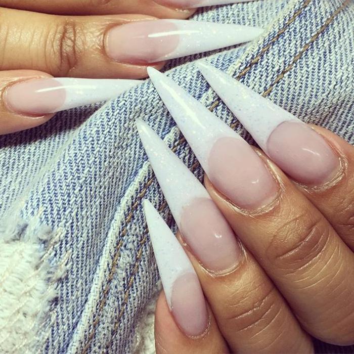 unghie-lunghe-a-punta-colore-chiaro-artiglio-effetto-glitter-smalto-bianco-glitterato-senza-decoazioni