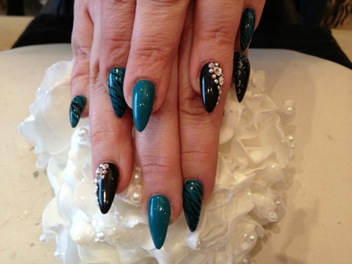 unghie-lunghe-a-punta-colori-scuri-nero-verde-accent-nail-sul-nero-con-brillantini-strisce