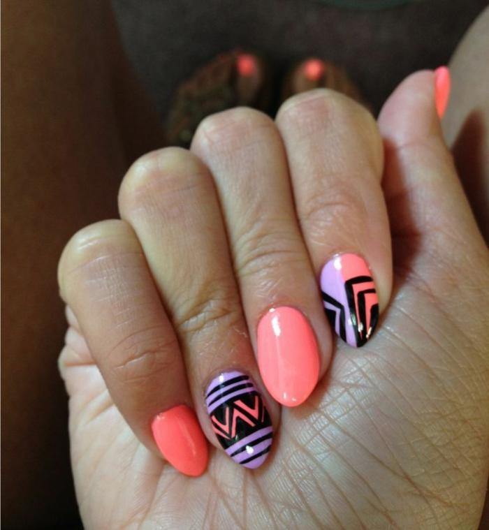 unghie-mandorla-corte-colore-rosa-accent-nail-base-viola-decori-neri-triangoli-idea-decorazione