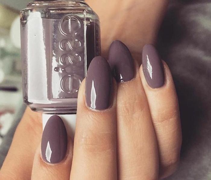 unghie-mandorla-corte-colore-viola-scuro-effetto-luminoso-smalto-marca-manicure-perfetta-mani